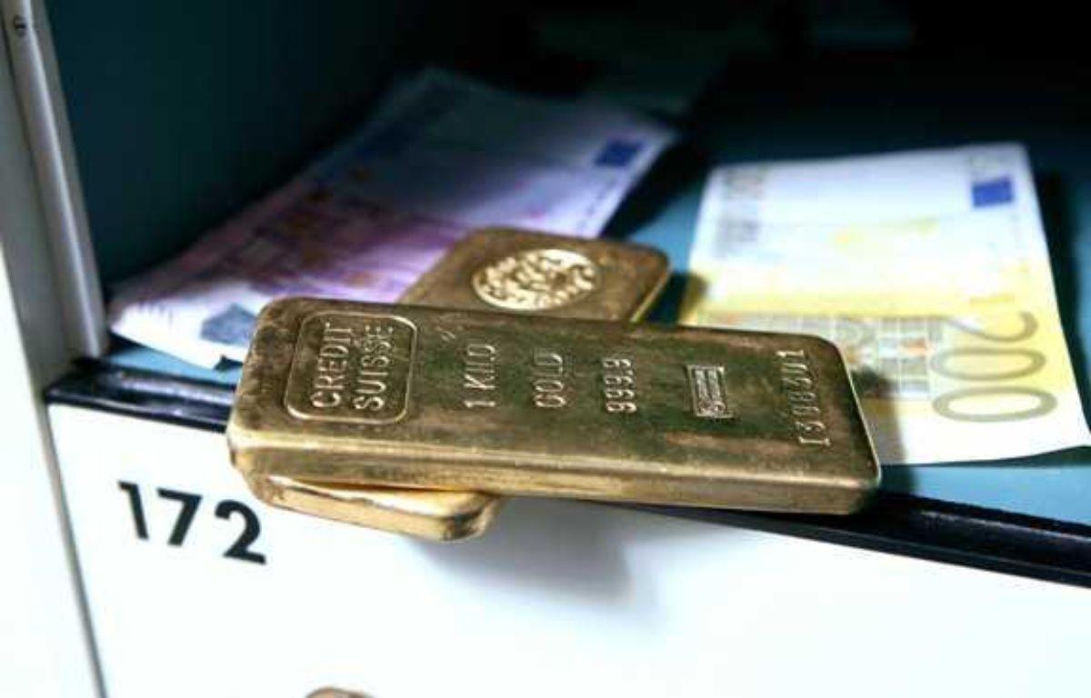 Lingots d'or et billets dans un coffre.  – CLOSON/ISOPIX/SIPA