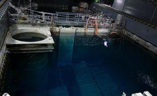 La compagnie gérante de la centrale accidentée de Fukushima doit débuter ce lundi le retrait du combustible nucléaire immergé dans la piscine du réacteur 4, une opération très délicate qui prendra au total plus d'un an.