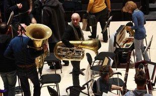 Des musiciens de l'Orchestre Philharmonique de Radio France à la fin d'une répétition du concert inaugural du nouvel auditorium de la Maison de la Radio, le 14 novembre 2014 à Paris