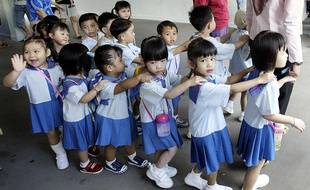 Les enfants de maternelle marchent jusqu'à leur salle de classe à Singapour.