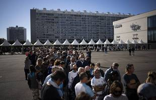 La file d'attente pour rendre hommage  à Bernard Tapie lors d'une cérémonie au stade Orange Vélodrome de Marseille, le jeudi 7 octobre 2021.