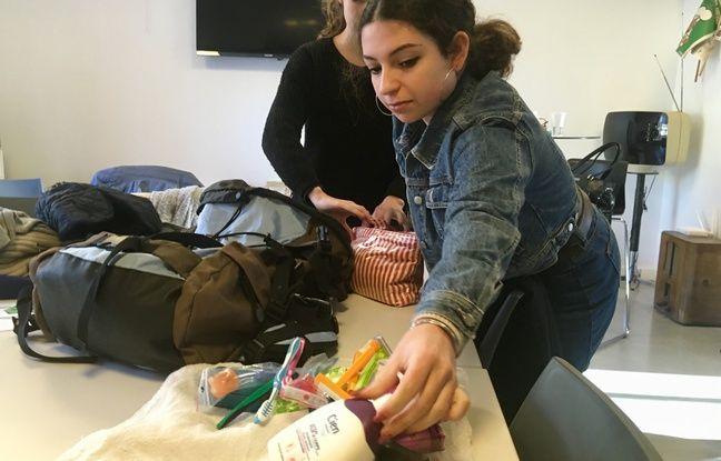 Lilou, une lycéenne, composant un sac à dos pour l'opération Sakado.