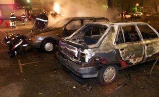 """Le ministre de l'Intérieur Manuel Valls s'est dit """"choqué"""" lundi sur RTL par les """"plus de 40.000 voitures brûlées chaque année en France"""" et a confirmé qu'il donnerait les chiffres des véhicules incendiés lors de la Saint-Sylvestre """"dès qu'ils seront consolidés""""."""