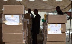 Des inspecteurs contrôlent le matériel pour les élections nigérianes, le 26 mars 2015 à Port Harcourt