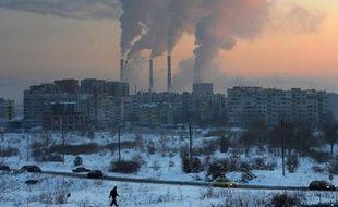 """Le soleil pointe derrière une centrale thermique à Sofia, Bulgarie, le 31 janvier 2012. Le président français François Hollande a estimé lundi que donner """"un prix"""" au carbone serait un critère de réussite de la conférence climat qui se déroulera fin 2015 à Paris"""