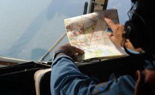 Un hélicoptère vietnamien effectue des recherches pour essayer de retrouver le Boeing disparu de Malaysia Airlines, le 11 mars 2014