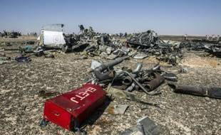 Des débris de l'avion A321 sur le side du Wadi al-Zolomat dans la péninsule du Sinaï le 1er novembre 2015