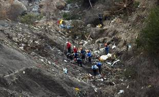 Gendarmes et enquêteurs sur le site du crash de l'appareil A320 de la compagnie Germanwings, dans les Alpes francaises, le 26 mars 2016