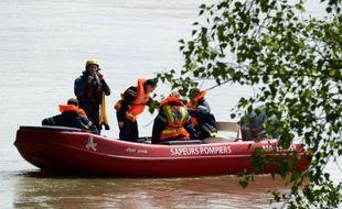 Les pompiers de la Drôme ont annoncé jeudi qu'ils reprenaient les recherches pour retrouver l'enfant emporté mardi par une rivière en crue, et envisageaient d'envoyer des plongeurs dans des buses sous l'eau après avoir formé un barrage en amont pour ralentir le débit.