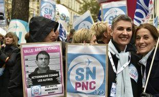 Des employés d'Air France manifestent à Paris contre les suppressions d'emploi, le 22 octobre 2015
