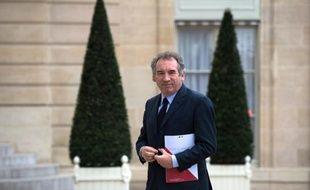 Privé de mandat national, à la tête d'un parti exsangue, François Bayrou, qui publie un nouvel essai, entend influer sur le débat politique dans un dialogue direct avec les Français, en attendant un éventuel rebond.