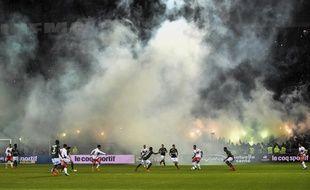Vue d'ensemble du terrain, enfumé par des fumigènes, lors du derby entre Saint6Etienne et Lyon le 5 novembre 2017.