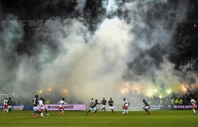 Le Chaudron a été enfumé par des fumigènes dimanche après seulement 30 secondes de jeu dans le derby.