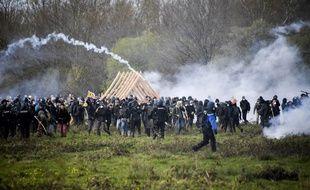 Des zadistes et leurs soutiens déplacent une charpente en bois face aux forces de l'ordre sur la ZAD de Notre-Dame-des-Landes.
