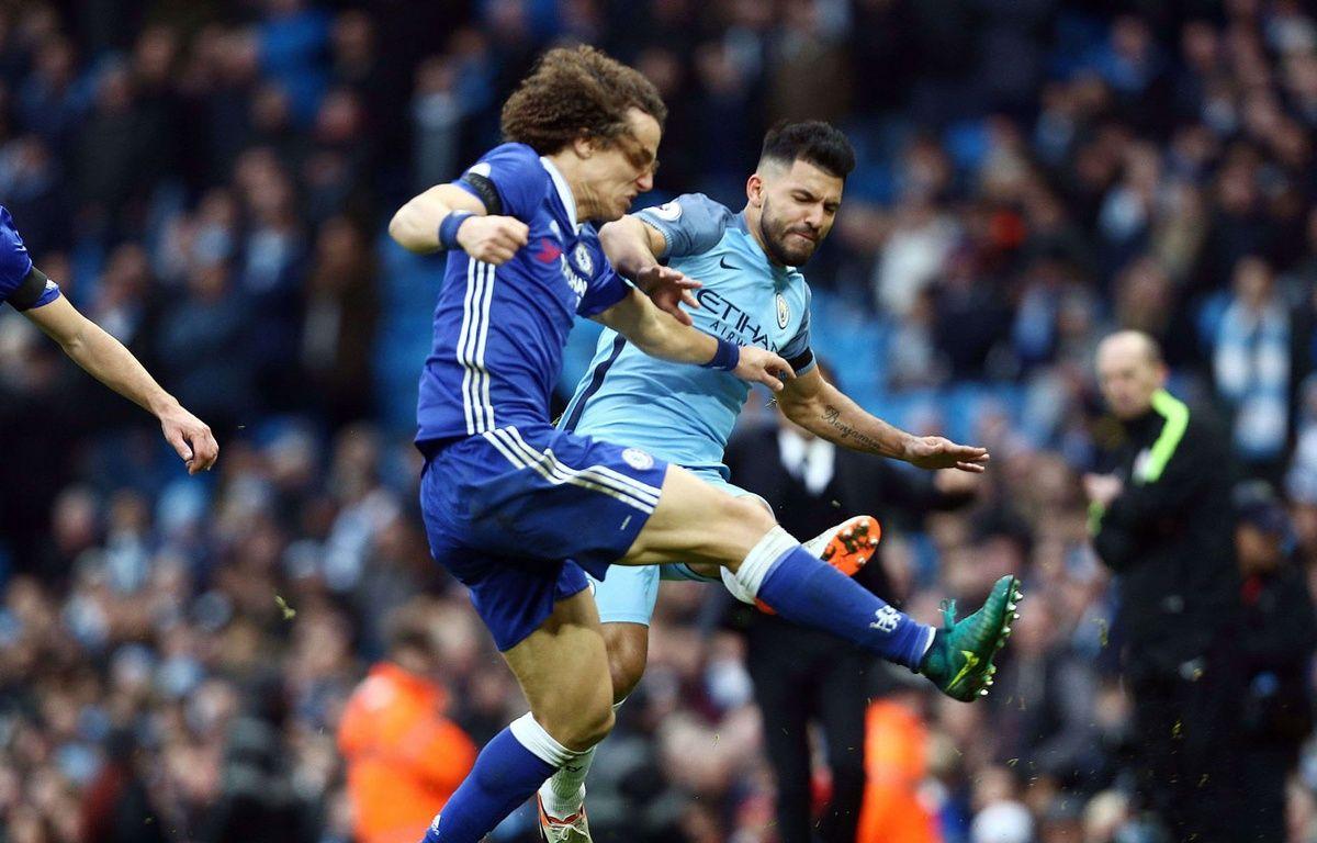 Sergio Agüero met un coup à David Luiz lors de City-Chelsea le 3 décembre 2016. – Matt West/BPI/Shutterst/SIPA