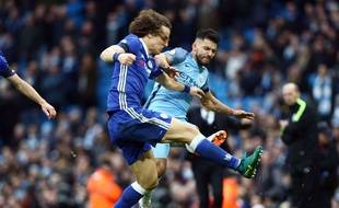 Sergio Agüero met un coup à David Luiz lors de City-Chelsea le 3 décembre 2016.