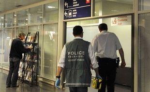 Un membre de la police scientifique entre dans l'aéroport de Bâle-Mulhouse le 27 avril 2011. Un contrôleur aérien de l'aéroport de Bâle-Mulhouse a été tué de plusieurs coups de couteau sur son lieu de travail.