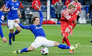 Un tacle de Benjamin Stambouli lors d'un match de Bundesliga entre Schalke 04 et Mayence, en mars 2021.