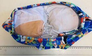 Les fausses fesses étaient fixées dans un maillot de bains.