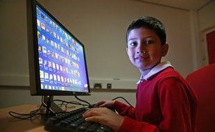 Ayan Qureshi, jeune génie de l'informatique, devant un ordinateur de son école, le 13 novembre 2014.