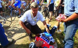 Frank Schleck soigné par le médecin du Tour de France après sa chute dans un secteur pavé lors de la 3e étape de l'édition 2010.