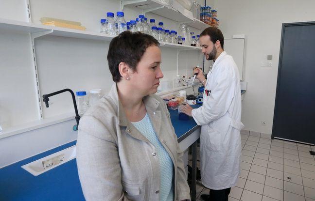 Valérie Geoffroy et Sébastien David, chercheurs à l'Unistra travaillent sur un procédé bio pour lutter contre l'amiante. Fibres d'amiante dans un tube. Strasbourg le 16 avril 2018.