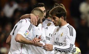 Karim Benzema fête un but avec ses coéquipiers lors de la victoire du Real Madrid contre La Corogne (2-0), le 14 février 2015.