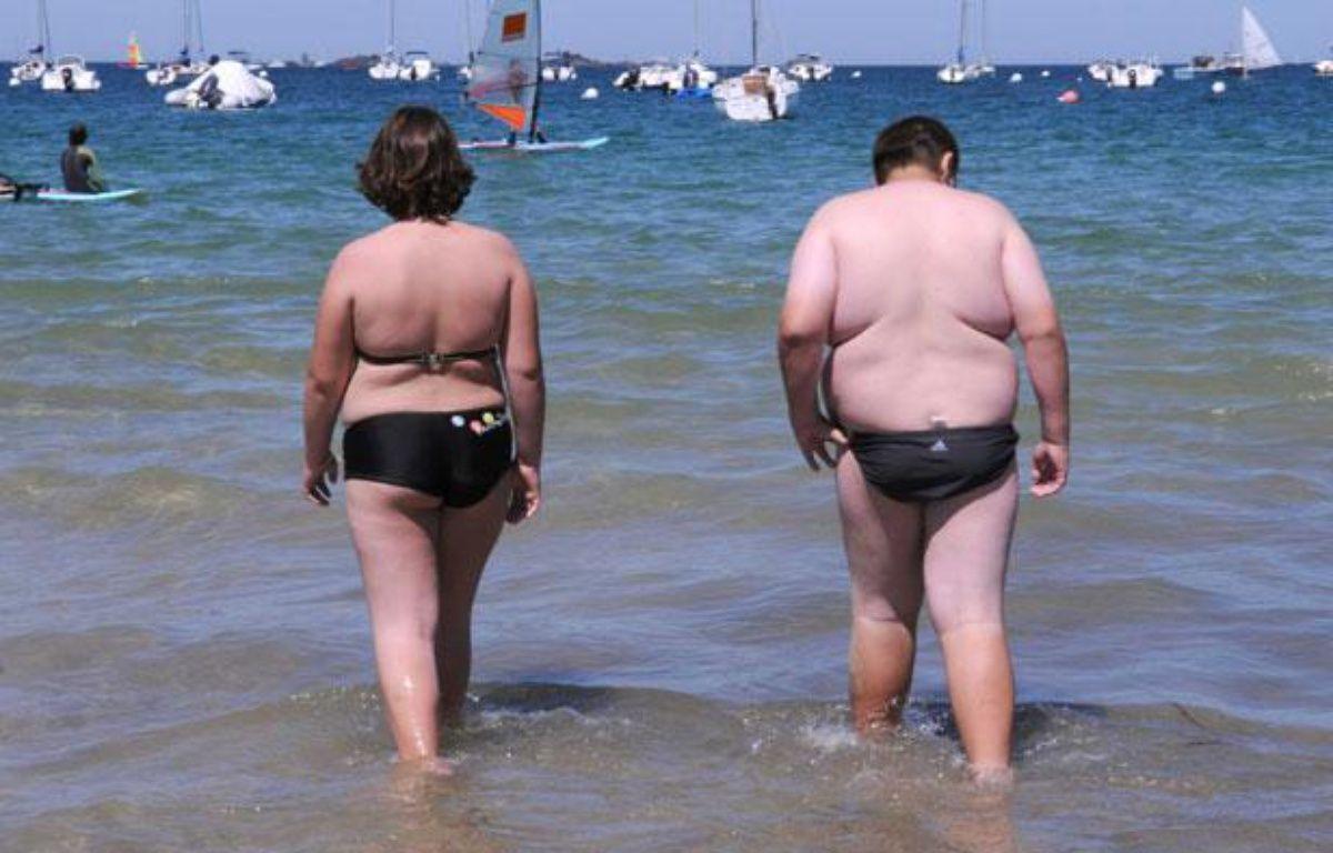Deux personnes en surpoids se promènent sur la plage, en 2008 – DURAND FLORENCE/SIPA