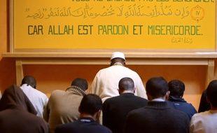 Maison d'arrêt d'Osny (Val-d'Oise), le 6 février 2005. Des détenus prient dans une salle muticonfessionnelle de la prison d'Osny.