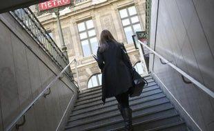 Une jeune femme dans le métro à Paris.