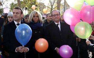 Emmanuel Macron, sa femme, et son prédecesseur lors du lâcher de ballons à la mairie du XIe arrondissement de Paris, le13 novembre 2017.