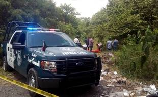 Des policiers sur les lieux où ont été retrouvés les corps de deux prêtres catholiques assassinés dans la province de Veracruz.
