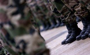Des bottes de militaires.