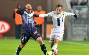 Eric Bauthéac (à droite) à la lutte avec Wahbi Khazri (à gauche) lors du match entre les Girondins et Lille, disputé le 16 janvier 2015 à Bordeaux.
