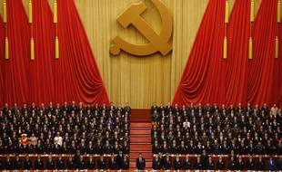 Le président chinois Xi Jinping, au centre, se tient debout au milieu des cadres du Parti communiste pendant l'hymne communiste à Pékin le 24 octobre 2017.