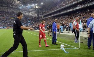 Mathieu Valbuena va tenter de tirer un corner lors d'OM-OL, le 20 septembre 2015 au stade Vélodrome de Marseille.