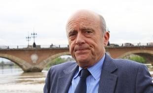Alain Juppé devant le pont de Pierre à Bordeaux, le 31 mars 2017