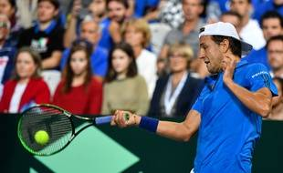 Lucas Pouille perd le premier set face à l'Espagnol Roberto Bautista-Agut en demi-finale de Coupe Davis.