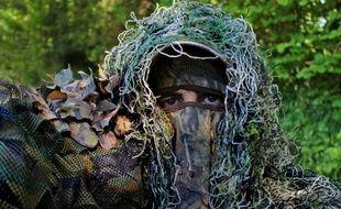 Un homme en tenue de camouflage