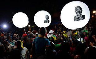 Des milliers de Sud-Africains se sont spontanément rassemblés samedi pour rendre un hommage plein de gratitude à Nelson Mandela, tandis que se préparent des funérailles historiques dignes du rayonnement planétaire du leader anti-apartheid.
