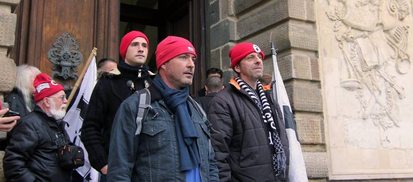 Quelques Bonnets Rouges ont apporté leur soutien à Jo Baron, condamné en première instance à verser 1,3 million d'euros pour la destruction d'un portique écotaxe à Lanrodec.