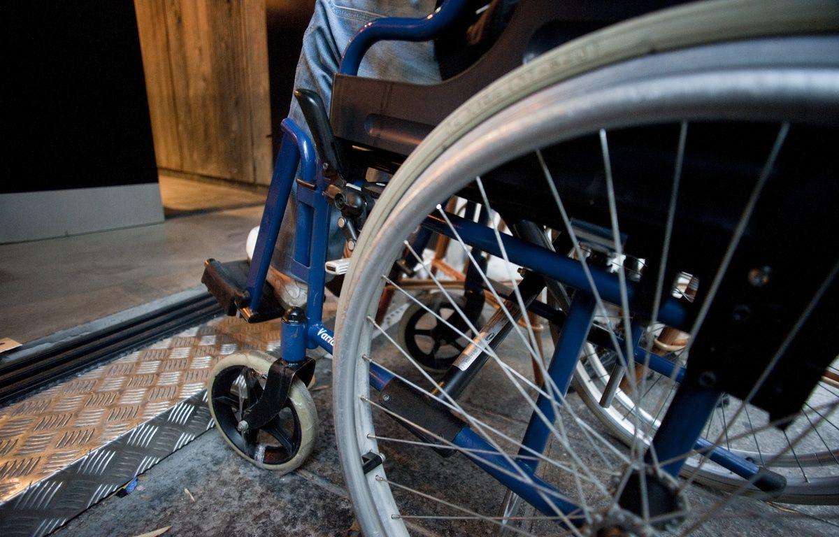 Un usager en fauteuil roulant. Illustration – V. WARTNER / 20 MINUTES