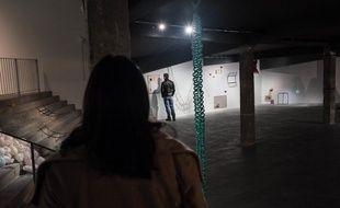 Des visiteurs (habillés) à l'exposition «Appareiller», des élèves de l'Ecole nationale supérieure des Arts Décoratifs (EnsAD) de Paris, le mardi 10 janvier 2017 au Palais de Tokyo.