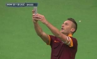 Francesco Totti, le capitaine de l'AS Rome, prend un selfie après un but contre la la Lazio de Rome, le 11 janvier 2015.