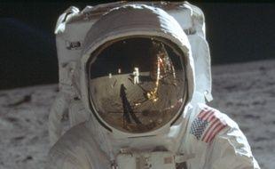 Neil Armstrong se prend en photo sur la Lune en 1969.