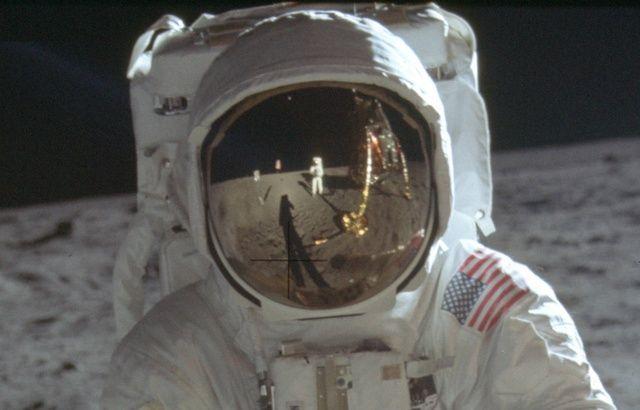 Neil Armstrong se prend en photo sur la Lune en 1969