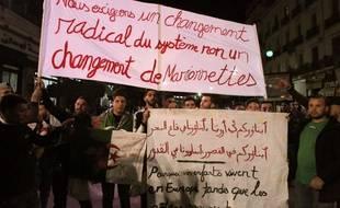 Des milliers d'étudiants algériens ont manifesté à Alger, le 11 mars 2019, après le retrait de la candidature d'Abdelaziz Bouteflika  et le report des élections.