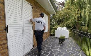 Lors d'une patrouille OTV, un policier vérifie les accès de cette maison dans le Nord.