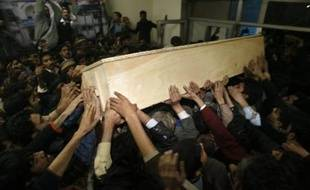 Supporters carry the coffin of Pakistan's former Prime Minister and opposition leader Benazir Bhutto in Rawalpindi December 27, 2007. Bhutto was assassinated by a suicide bomber on Thursday, plunging the nuclear-armed country into chaos ahead of a general election she hoped to win. REUTERS/Ahmad Masood (PAKISTAN)