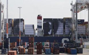 Le porte-conteneurs Magellan a levé l'ancre avec sur son flanc droit un gigantesque collage de 5.000 m², réalisé par l'artiste JR, de la photo des yeux d'une femme kenyane, au Havre, le 4 juillet 2014.